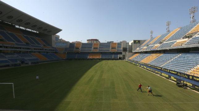 El Estadio Ramón de Carranza estrena césped este sábado.