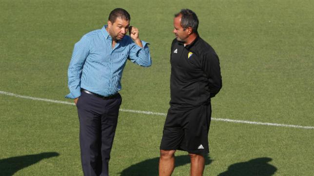Juan Carlos Cordero y Álvaro Cervera charlan durante un entrenamiento.