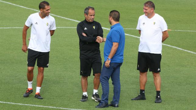 Juan Carlos Cordero y Álvaro Cervera se dan la mano durante uno de los entrenamientos de esta semana en El Rosal.