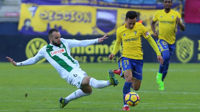 Edu Ramos, en su etapa en el Córdoba, intenta frenar a Álvaro García.