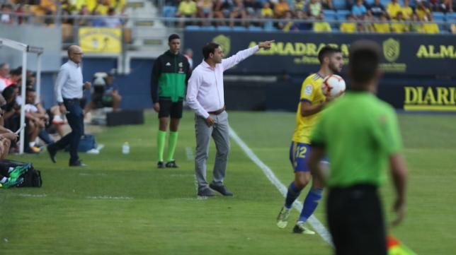 El entrenador del Almería Fran Fernández en el banquillo del Ramón de Carranza.