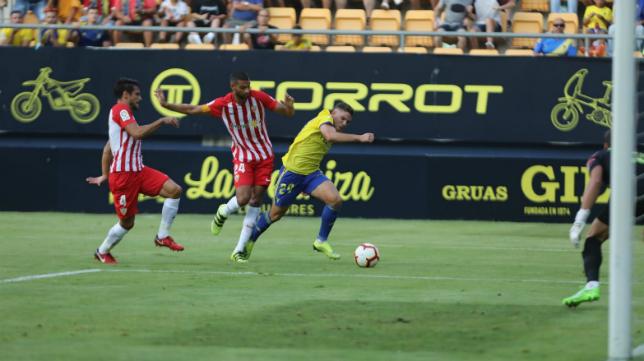 Manu Vallejo completó un gran partido ante el Almería.