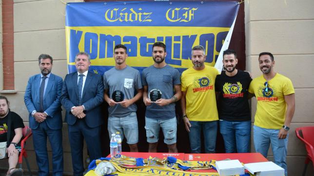 La peña cadista Komatilikos premió a David Gil y Garrido. Foto: Cádiz CF