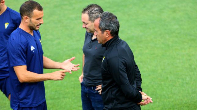 Servando habla con Cervera y Navarro en un entrenamiento de semanas atrás.