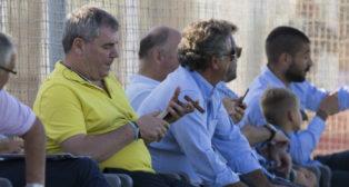 Manuel Vizcaíno se fuma un puro durante un encuentro de la pretemporada.