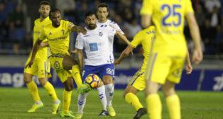 Alberto pugna con Abdullah en el Tenerife-Cádiz CF del mes de diciembre de 2017.