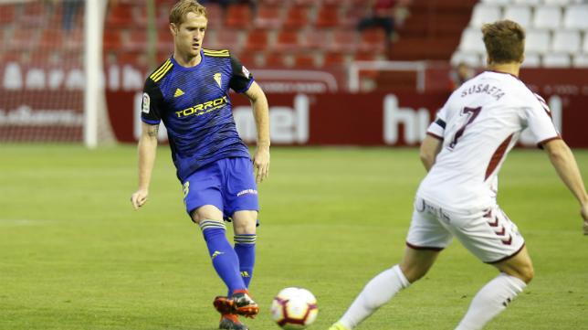 Álex, durante el encuentro del Cádiz CF en Albacete.
