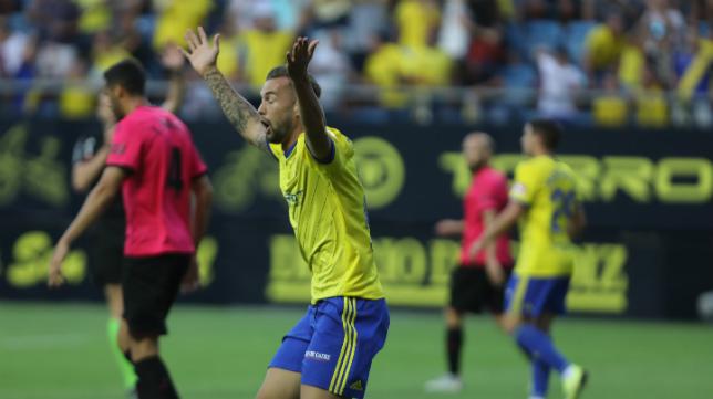 Carrillo se desespera ante el gol mal anulado