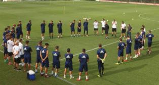 Álvaro Cervera habla con su equipo antes de un entrenamiento.
