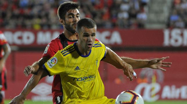 Aketxe protege un balón en el Mallorca-Cádiz CF celebrado esta temporada en Son Moix.