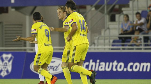 Álex Fernández y Dejan Lekic felicitan a Dani Romera tras el gol del almeriense en Tenerife durante la Copa del Rey.