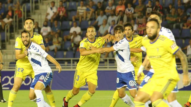 Servando y Kecojevic, en ataque, se disponen a rematar un balón parado.