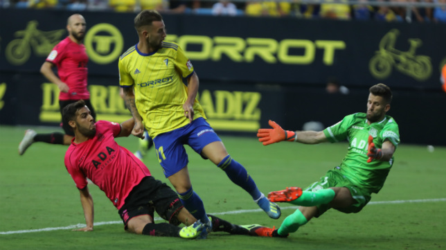 Carrillo remata a puerta en un gol anulado.