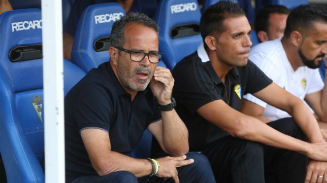 Cervera en el banquillo junto con su segundo entrenador Roberto Perera