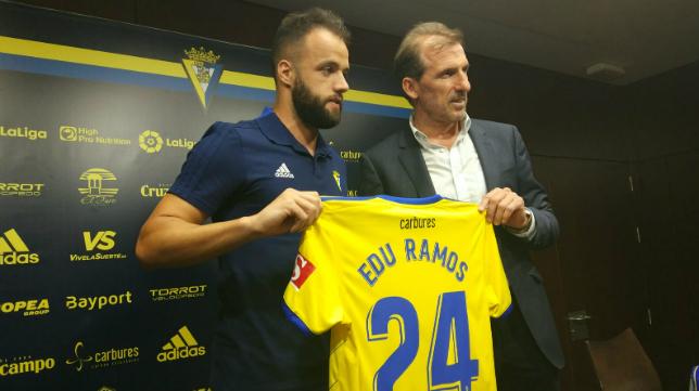 Edu Ramos, junto a Óscar Arias, en su presentación.