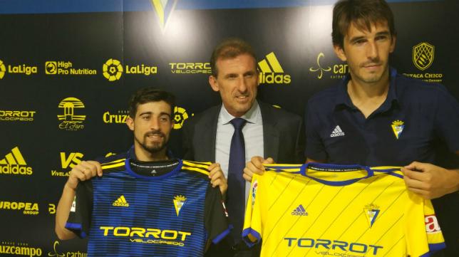 Jairo Izquierdo (i) y Dejan Lekic (d), junto a Óscar Arias (c) en su presentación.