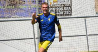 Jordi Tur celebra su gol en el Pérez Ureba. Foto: Cádiz CF.