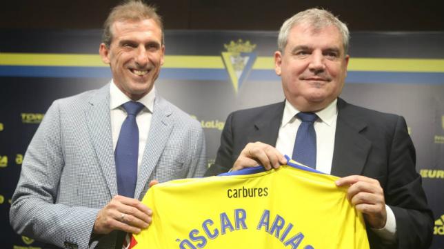Óscar Arias tiene un día para fichar a un delantero.