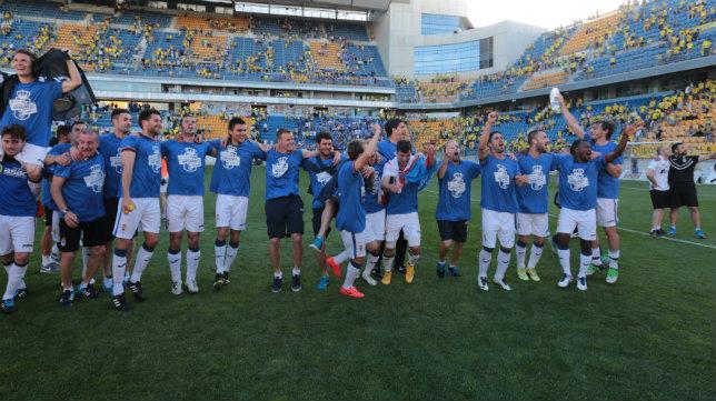 El Oviedo no pudo celebrar con todos sus aficionados desplazados el ascenso en Cádiz.