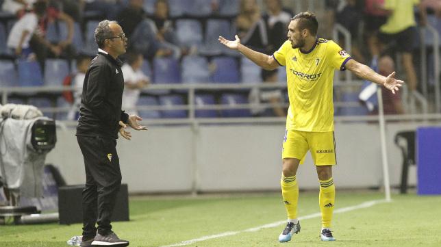 Cervera habla  durante el partido en Tenerife