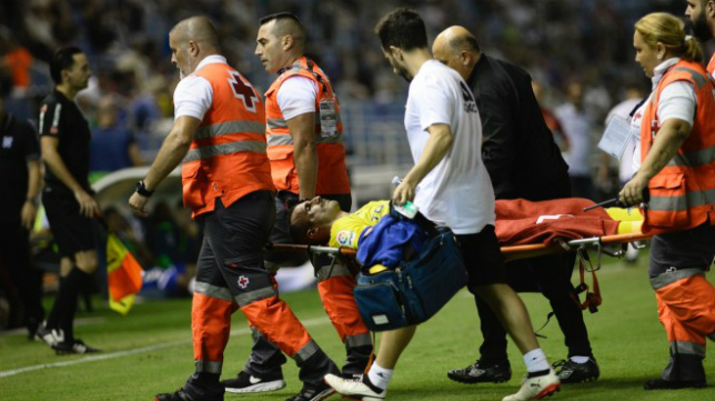 Servando se retira en camilla del Heliodoro Rodríguez López tras la fractura malar.