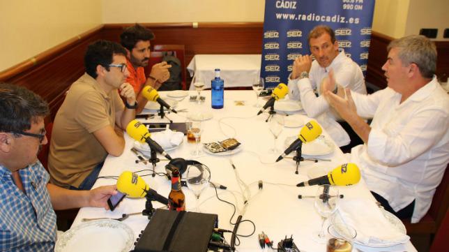 Manuel Vizcaíno y Óscar Arias, con los compañeros de la Cadena Ser.