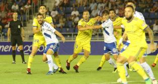 Iker Undabarrena pugna con Servando durante el duelo de la Copa del Rey.
