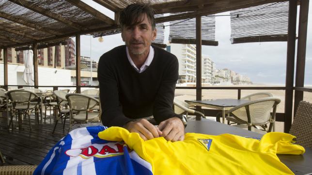 Moisés Aretaga posa con las camisetas de Espanyol y Cádiz CF.