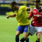 Correa conduce el balón ante un rival del Nàstic.