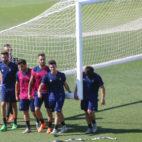 Los jugadores del Cádiz CF sujetan la portería.
