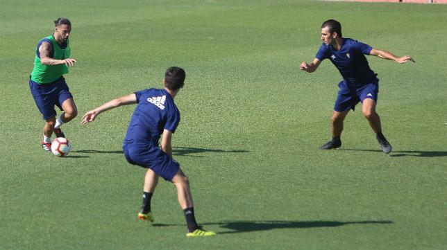 Sergio Sánchez avanza con el balón controlado.