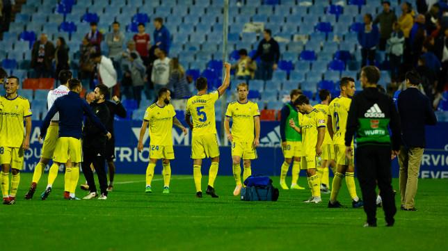 Los jugadores del Cádiz CF agradecieron a su afición el apoyo en Zaragoza.