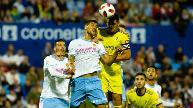 Garrido disputa un balón en La Romareda.