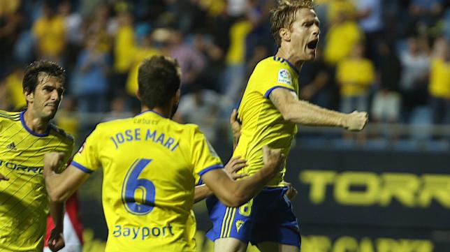 Álex marcó de penalti el gol del Cádiz CF ante el Nástic en la primera vuelta.