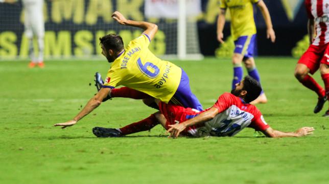 José Mari cae derribado en un lance ante el Sporting.