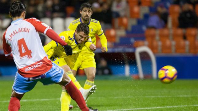 Manu Vallejo dispara al arco del Lugo.