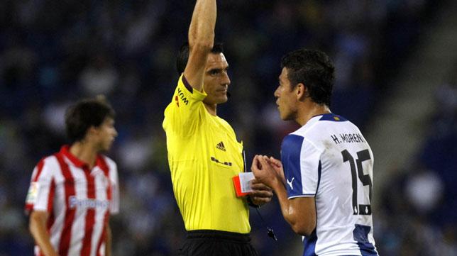 Martínez Munuera enseña una cartulina durante un encuentro del Espanyol.