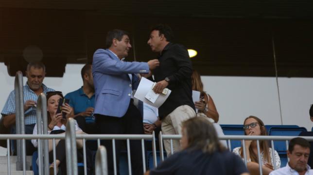 Quique Pina habla con el directivo Paco López en el palco de Carranza el pasado domingo.
