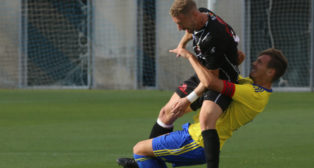 Sergio, capitán del Cádiz CF B, lucha con Polaco en el encuentro de la primera vuelta ante el Ceuta.