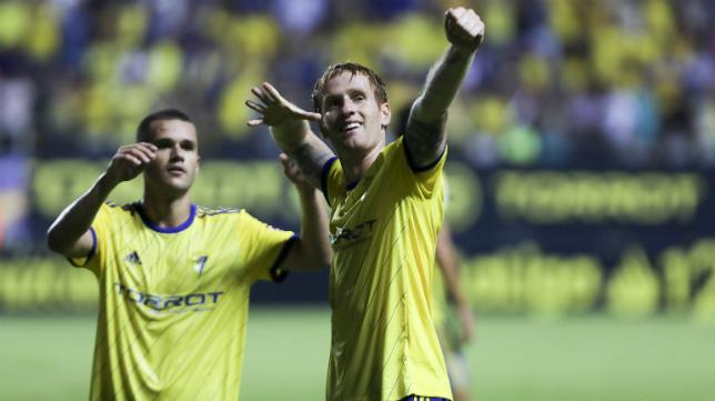 Áger Akexte se acerca a felicitar a Álex Fernández tras un gol del madrileño en Carranza.