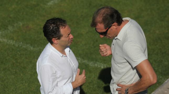 El director deportivo Óscar Arias y David Navarro, en El Rosal.