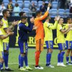 Los jugadores del Cádiz CF celebran un triunfo con la afición en el Carranza.