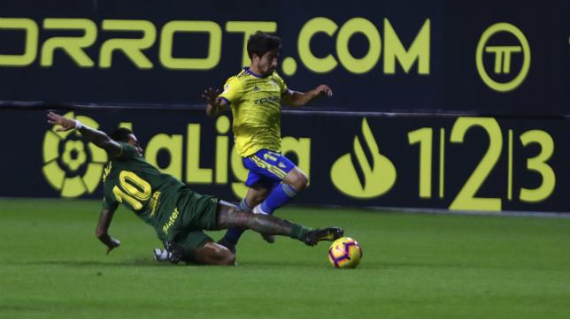 Jairo Izquierdo intenta dejar atrás a un rival.
