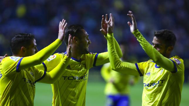 Los jugadores del Cádiz CF celebran la victoria ante Las Palmas.