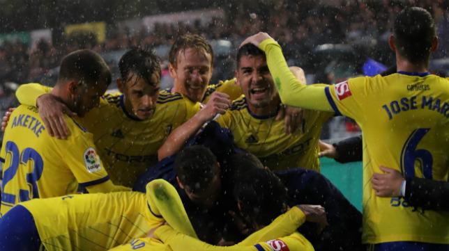 Aketxe y Álex, entre la melé de los jugadores cadistas que celebraban el gol de Marcos Mauro.