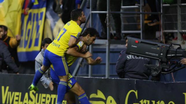 Agra y Lekic celebran el gol del delantero balcánico del Cádiz CF al Espanyol.