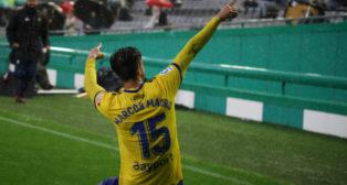 Marcos Mauro celebró el gol con la afición amarilla.