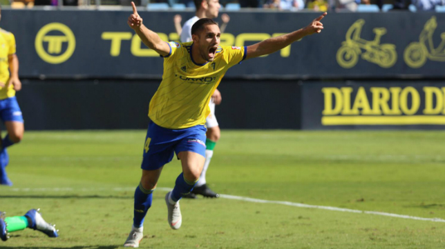 Correa celebra un gol con el Cádiz CF ante el Elche.