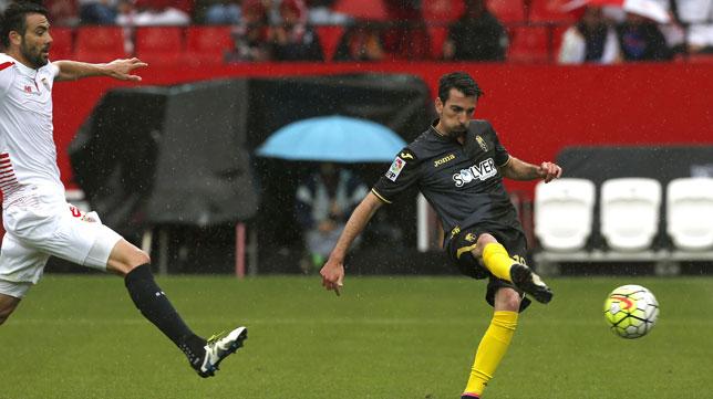 Isaac Cuenca, en la imagen con el Granada en el Sánchez Pizjuán, no pudo ser inscrito por el Reus.