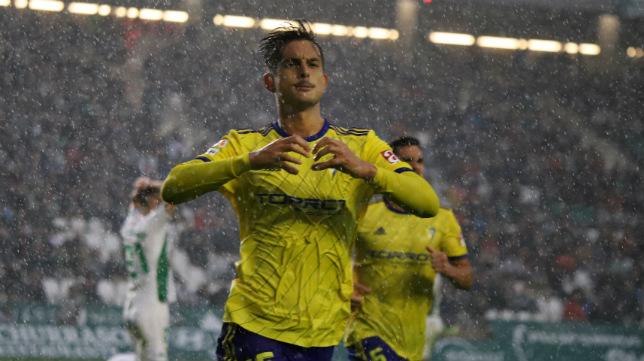 Marcos Mauro celebra su gol en Córdoba.